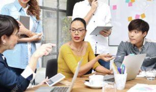 76330503-groupe-d-hommes-d-affaires-ayant-un-âge-différent-dans-les-affaires-créatives-en-train-de-discuter-d